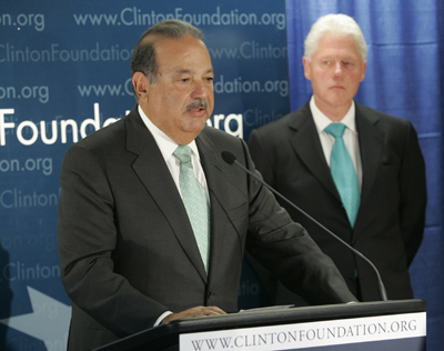 At a 2007 press conference in New York City, Carlos Slim Helú speaks, as former U.S. President Clinton looks on.