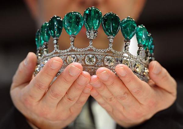 Record-Braking Diamond and Emerald Tiara Sold at Sotheby's (2)