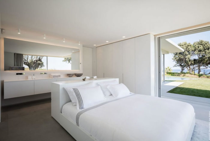 Modern Home In Amatuelle, France By Laurence Sonck (8)